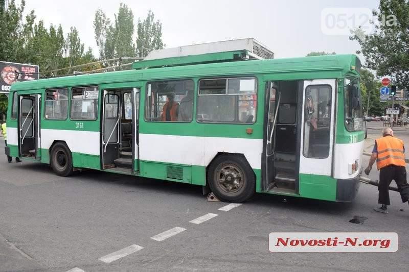 В Николаеве на ходу вспыхнул троллейбус
